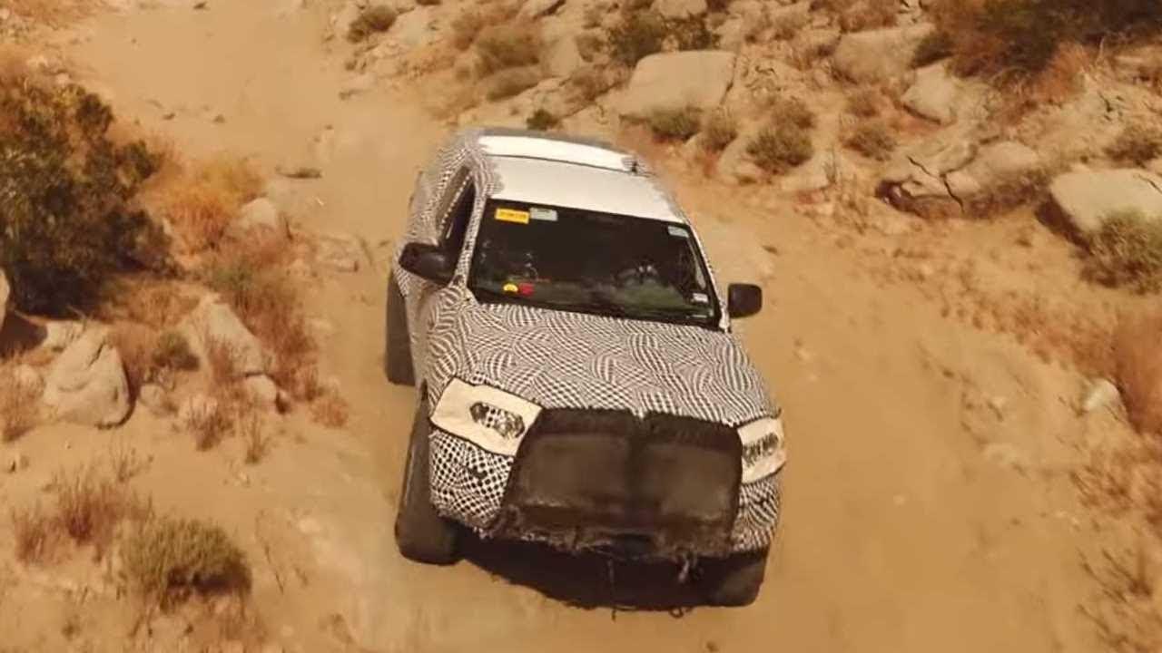 Американский концерн «Форд» поделился видео с тестами предсерийных образцов нового «Бронко». Рамный внедорожник испытывают на прочность в Южной Калифорнии в так называемой «Высокой пустыне».
