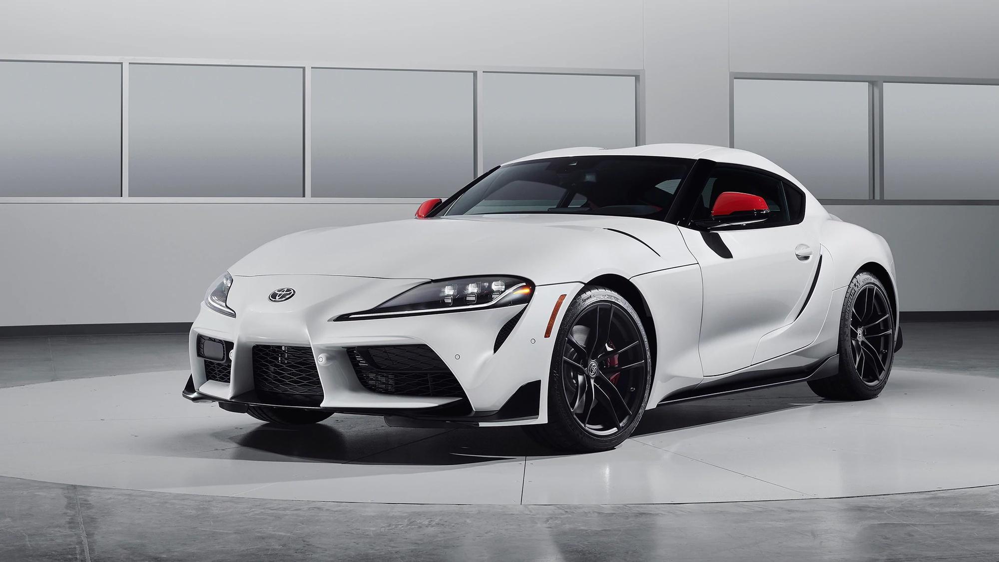 Изначально компания «Тойота» хотела продавать «Супру» с четырехцилиндровым турбомотором только на родине в Японии. Но недавно она изменила свое решение, и базовую версию спорткара с таким агрегатом теперь начнут реализовывать в Европе.