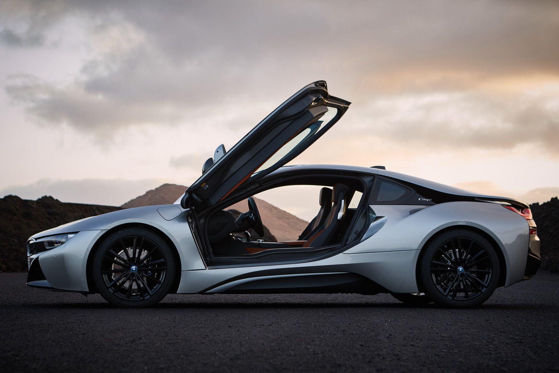 Слухи о том, что BMW планирует снять с производства гибридный спорткар i8, появились ещё в прошлом году. Теперь стало известно, что заказы перестанут принимать в конце февраля, а выпуск завершится в апреле.