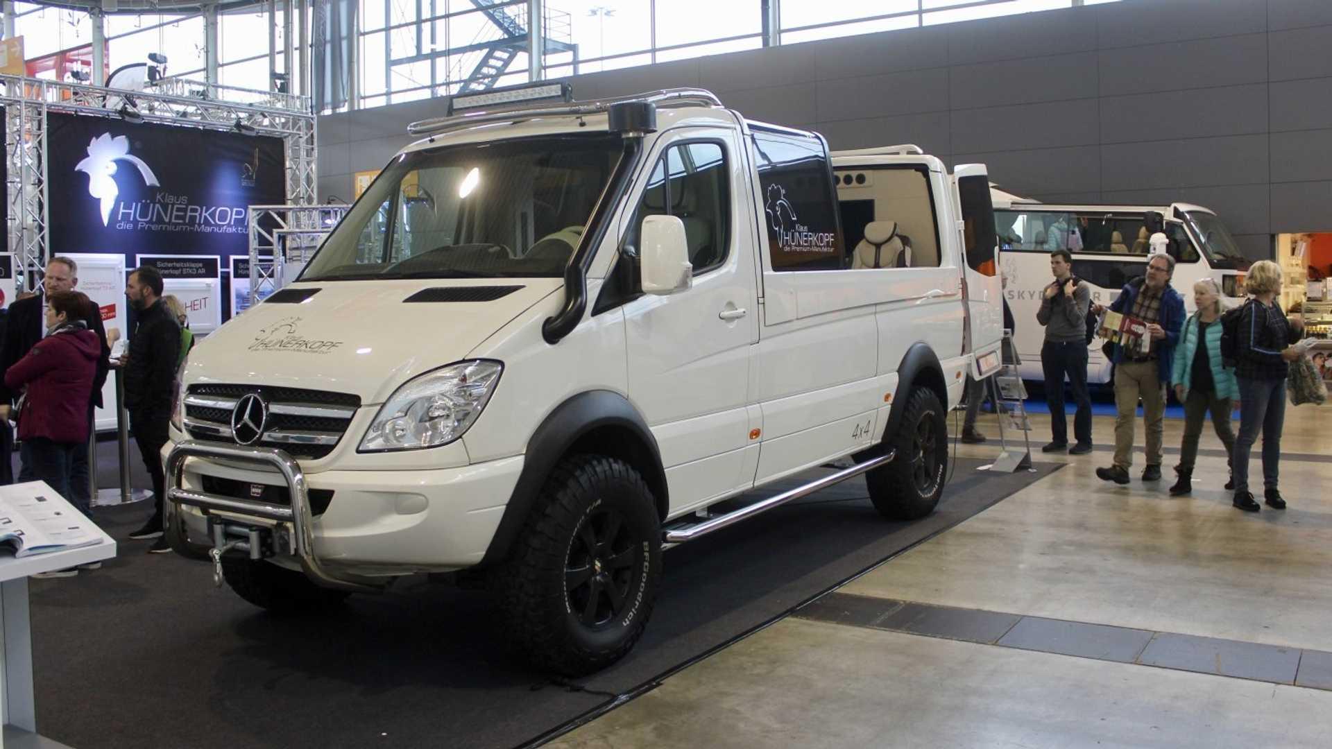 Hünerkopf – производитель автодомов из Германии – представил оригинальный микроавтобус с открытым верхом. Клиент попросил адаптировать Mercedes-Benz Sprinter для соколиной охоты. Стоимость проекта – €267 000.