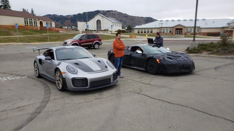 Среднемоторный Corvette С8 появился ещё летом 2019-го. Теперь Chevrolet готовит его особо мощную версию с обозначением Z06. Шпионы засняли закамуфлированный прототип в движении, а на «Фейсбуке» появилось интригующее фото с Нюрбургринга: «Корвет» в камуфляже стоит рядом с Porsche 911 GT2 RS.