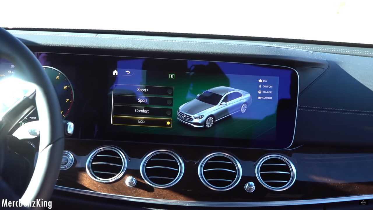 Несколько дней назад Mercedes-Benz продемонстрировал прототипы рестайлингового Е-класса: седаны проехали по Лас-Вегасу. Раскрывать внешность машины немцы не спешат, но видеоблогеры случайно продемонстрировали её.