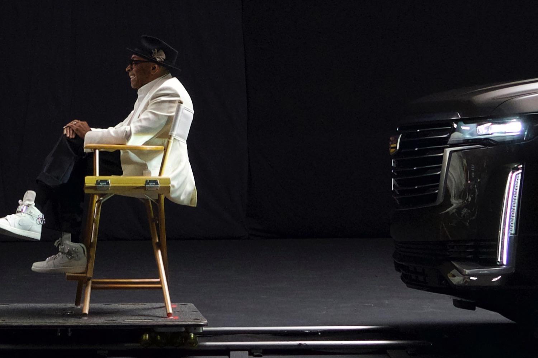 Шпионские снимки Cadillac Escalade пятого поколения появились ещё в прошлом декабре, а позднее сам производитель поделился тизером интерьера (см. видео). Теперь опубликована официальная фотография, на которой изображена передняя часть новинки.