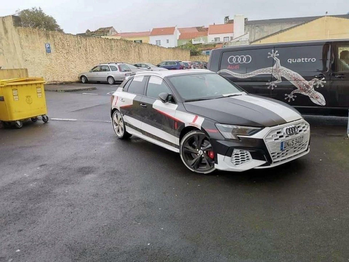 Появились изображения нового поколения хот-хэтча Audi S3 в скромном камуфляже: прикрыты только решётка радиатора, пороги и задний бампер. Новинка получила более агрессивное оформление передней части, крупные колёсные диски и «четырёхствольный» выхлоп.