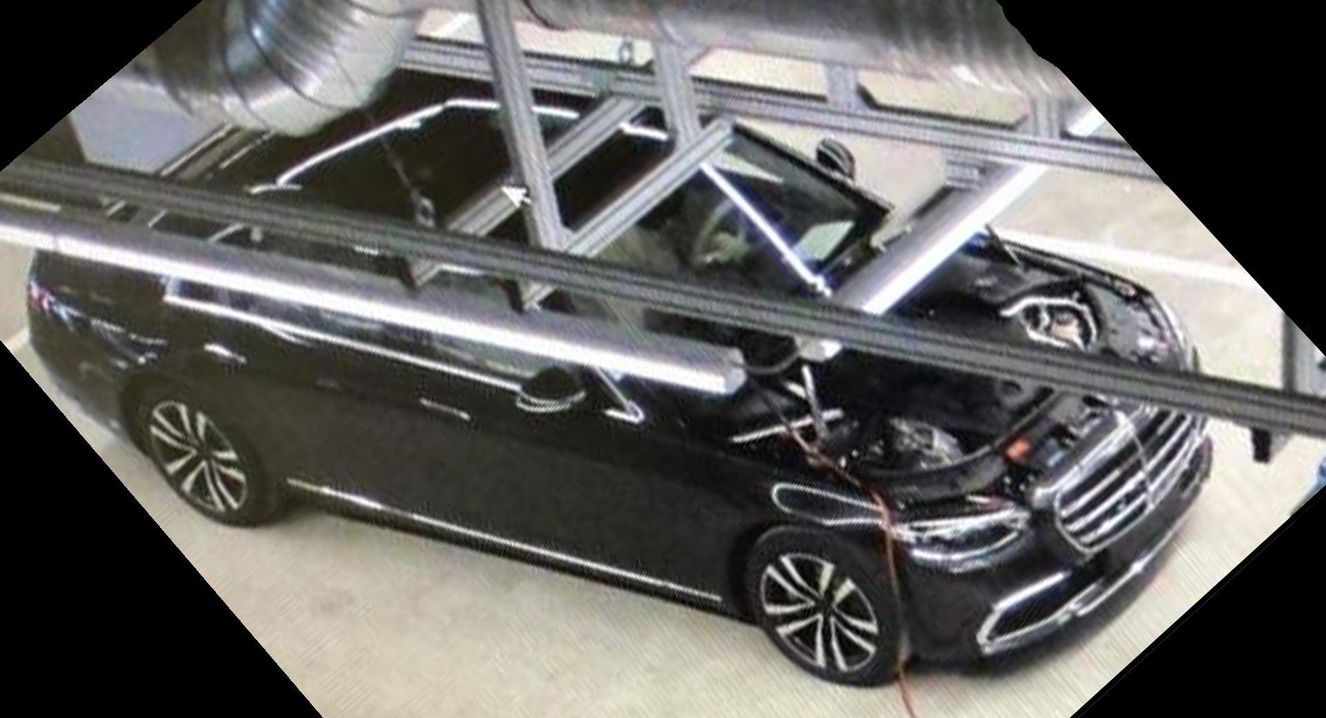 Премьера Mercedes-Benz S-класса в кузове W223 должна состояться совсем скоро, а в интернете уже опубликован первый снимок модели без камуфляжа.