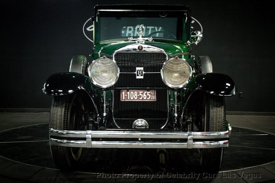 Перед вами один из первых кастомных автомобилей в мире, да притом еще и бронированный! Когда-то на нем ездил сам Аль Капоне, а теперь раритет выставлен на аукционные торги. Его стоимость оценивается свыше $1 000 000.