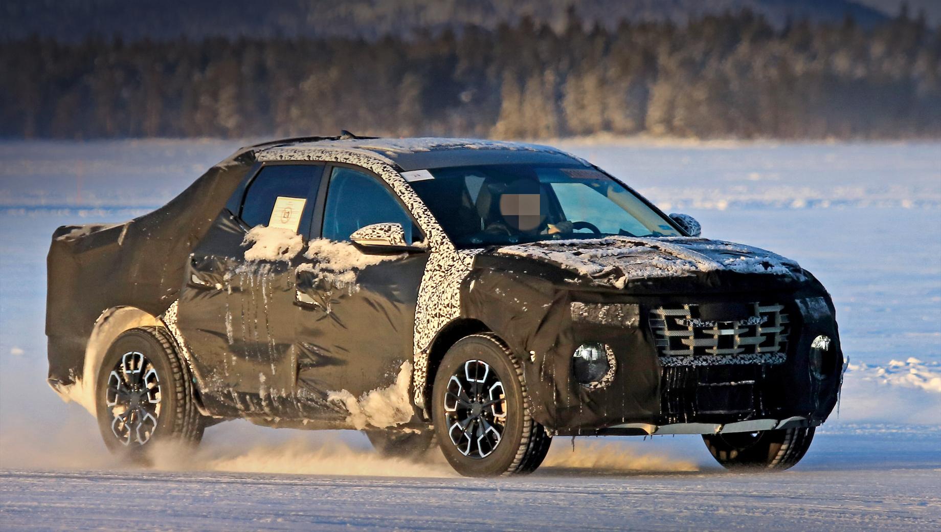 Концепт Hyundai Santa Cruz (на видео) представили ещё пять лет назад. В ноябре прошлого года производитель официально заявил, что серийный пикап будет представлен в 2021-м. В декабре появилось первое изображение новинки на стоянке, и лишь теперь опубликованы снимки с ходовых испытаний.
