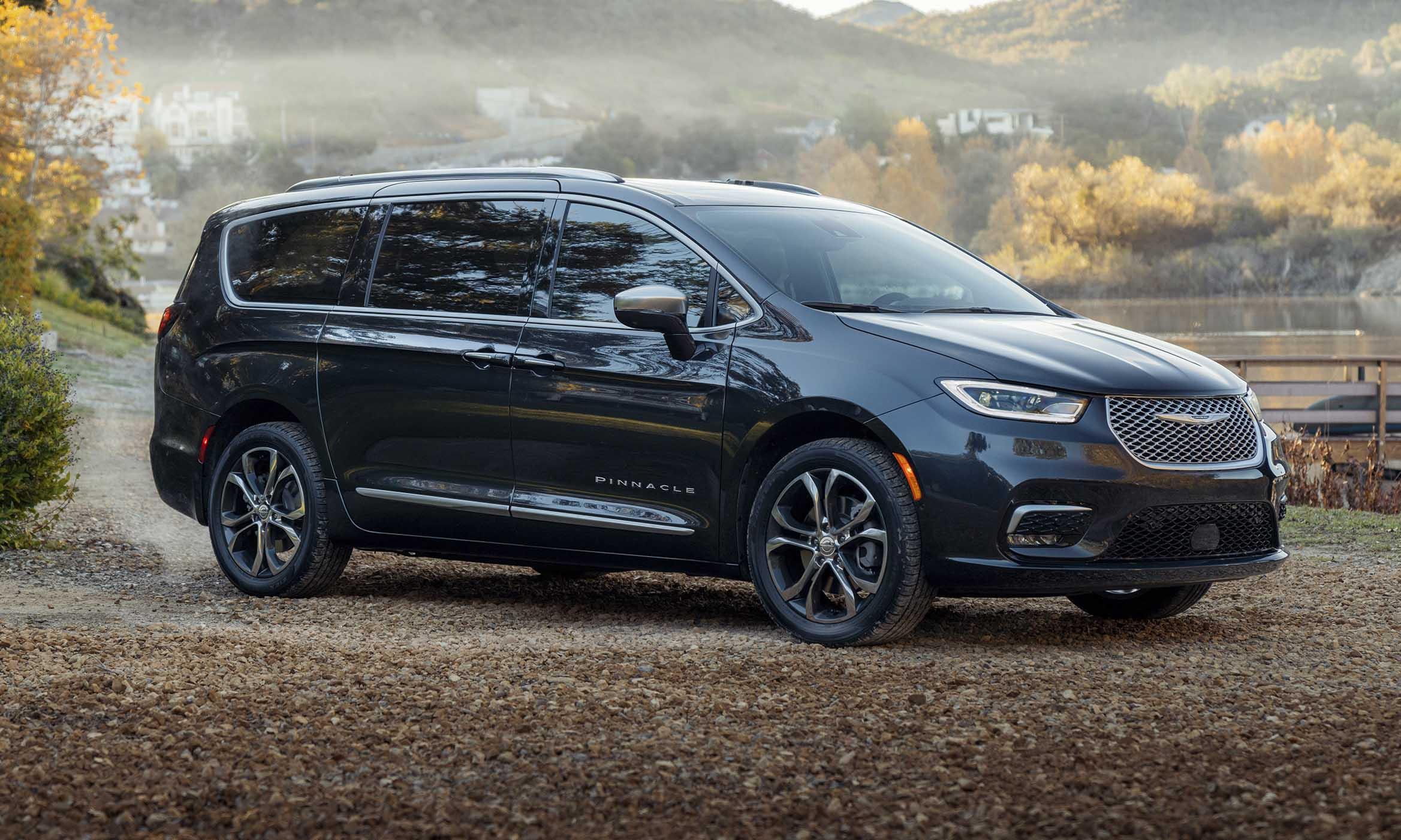 В Чикаго показан рестайлинговый Chrysler Pacifica. Модель появилась четыре года назад, а в последнее время стала терять популярность: например, за 2019-й в США нашли хозяев 98 000 экземпляров против 118 000 в 2018-м.