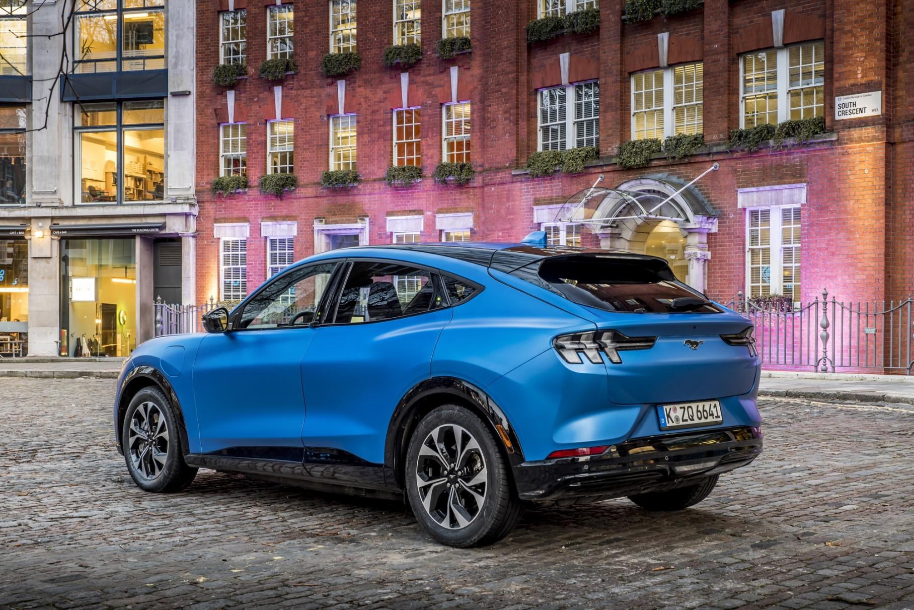 Автомобилестроитель «Форд» официально представил Mustang Mach-E с полностью электрической силовой установкой. Премьера прошла на специальном мероприятии в британском Лондоне.