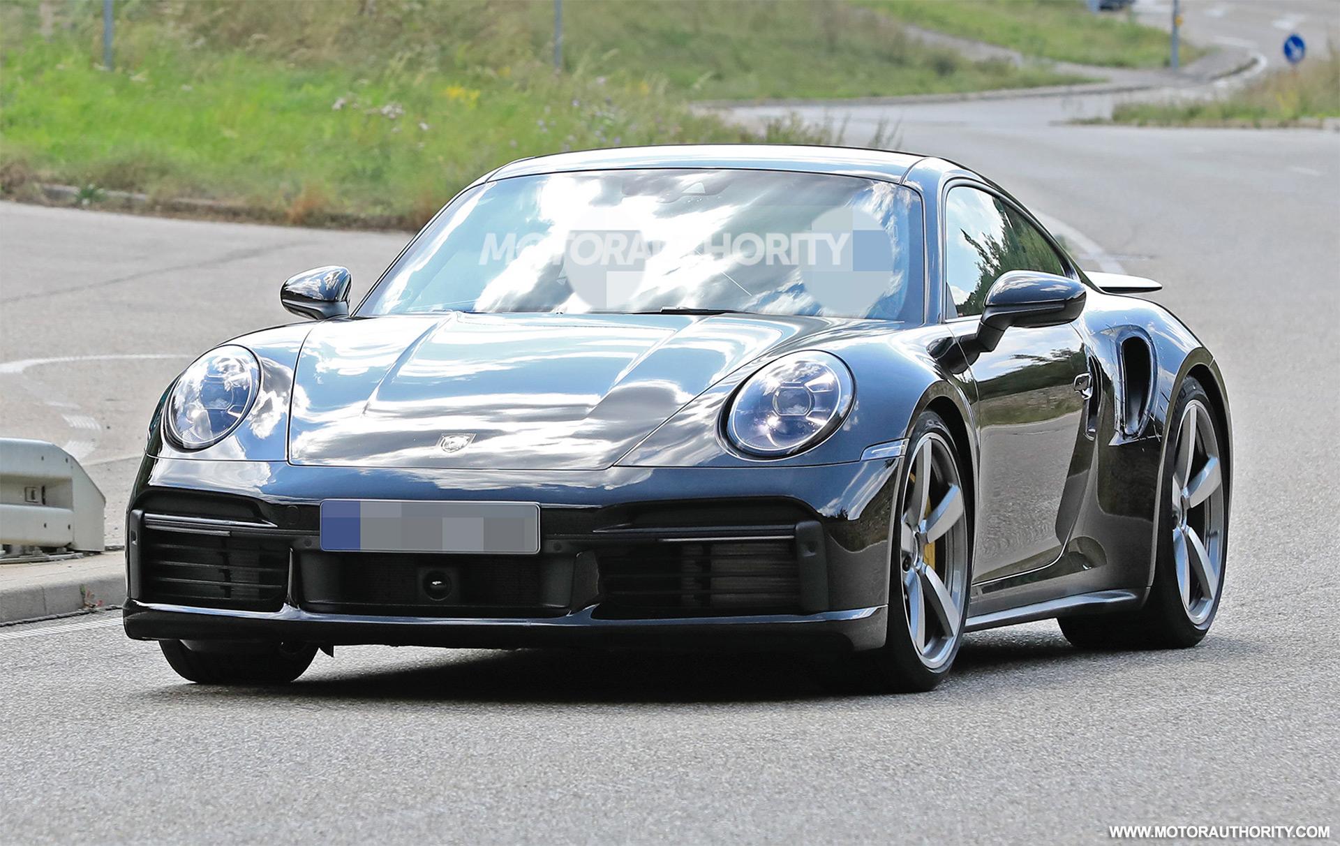 Новый Porsche 911 дебютировал больше года назад, но до сих пор не представлены хардкорные версии Turbo и Turbo S. По слухам, их покажут через три недели на Женевском автосалоне.