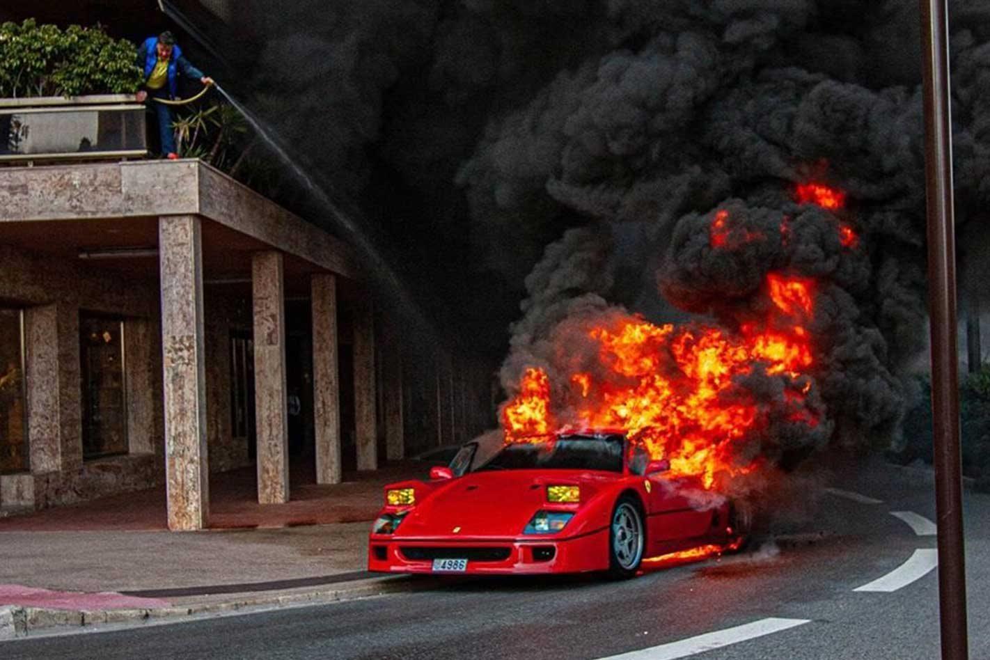 Владелец Ferrari F40 катался на своём винтажном суперкаре по улицам Монако, и ничто не предвещало беды. Однако всего за несколько минут культовое итальянское авто выгорело полностью.