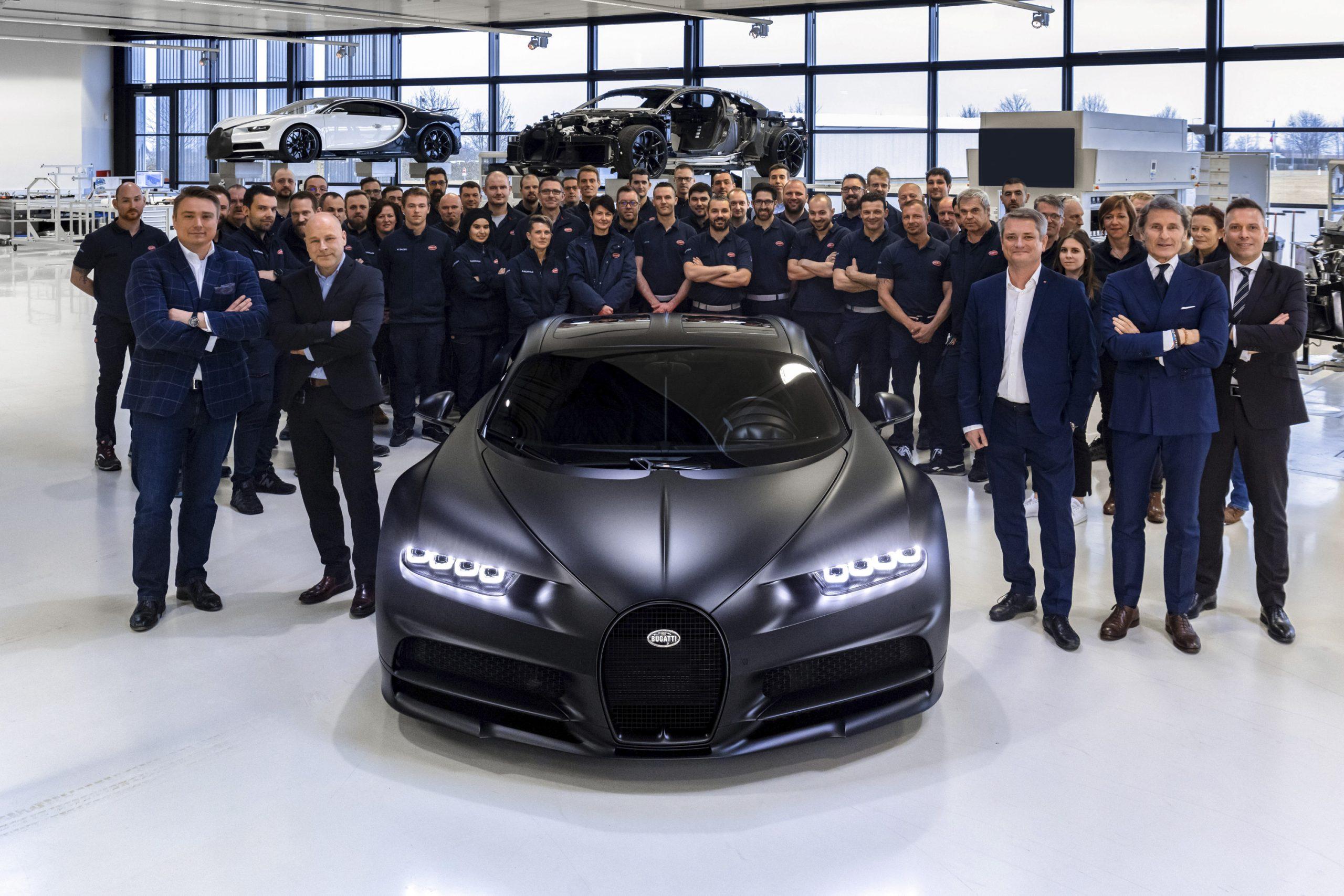 Bugatti Chiron дебютировал в 2016 году, а его запланированный тираж составляет всего 500 экземпляров. Сейчас достигнут «экватор»: с конвейера сошёл 250-й автомобиль, который покажут на Женевском автосалоне.