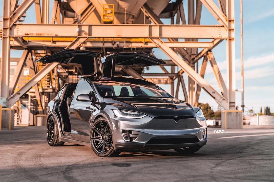 Для Tesla Model X уже существует в продаже парочка обвесов – например, от TSportline и Urban Automotive. Но те, кому нравится облик электрокросса «без наворотов», могут ограничиться заменой дисков. Владелец данной «Теслы» так и сделал.