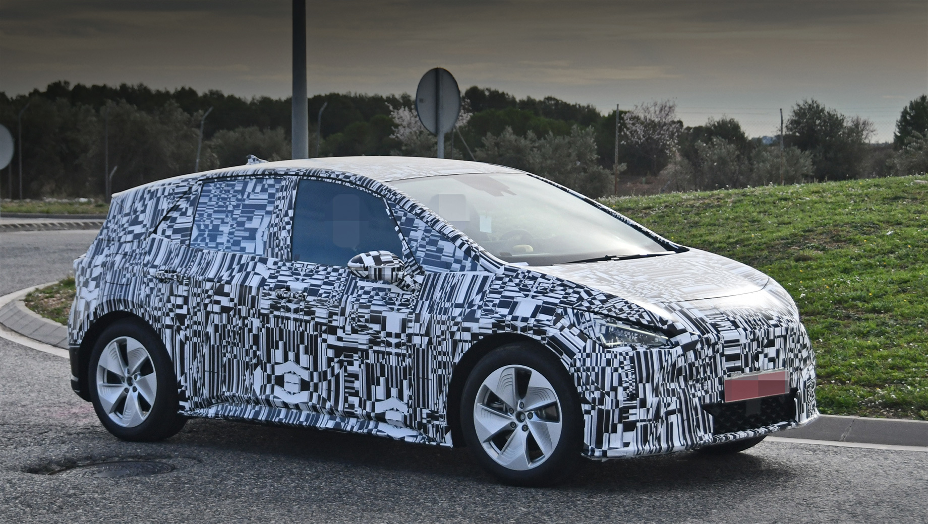 Seat showed us the el-Born Concept (see video) nearly a year ago. The first pre-production sample was sighted on the streets last fall, but this one looks much better and more production-ready.
