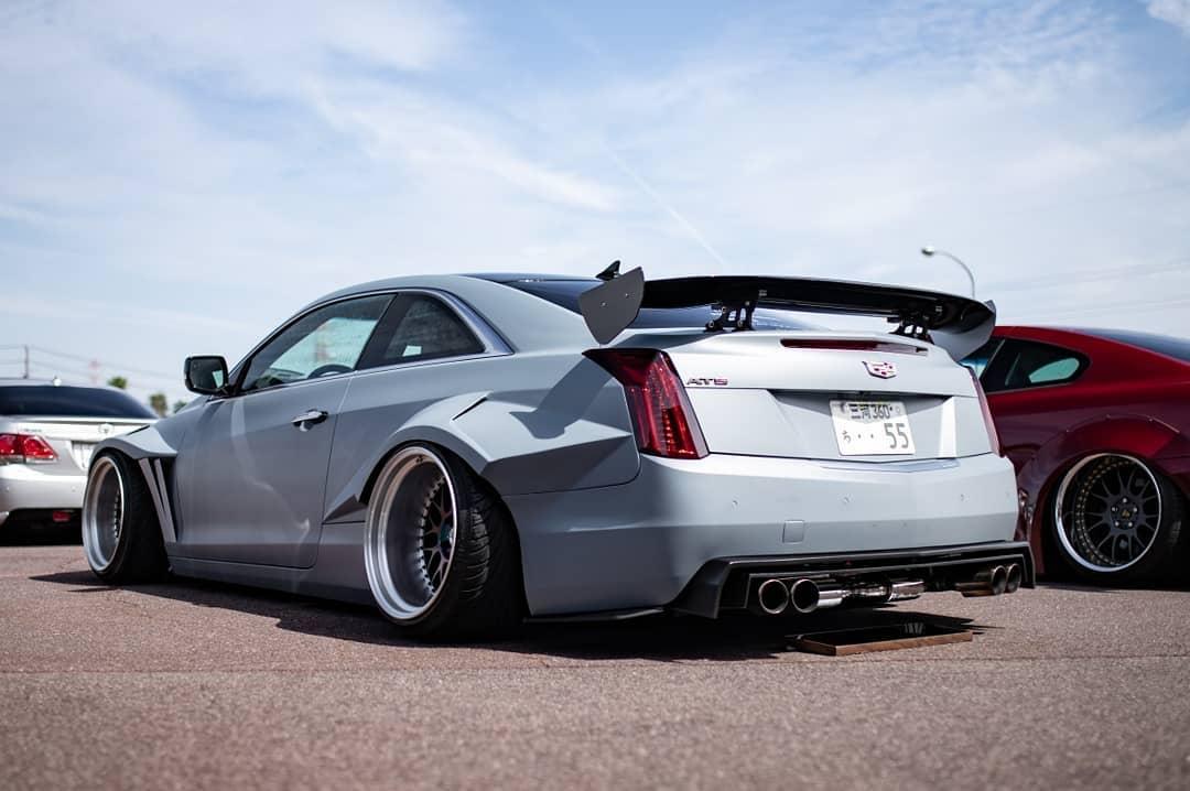 Надо признать, такого экстремального тюнинга купейного Cadillac ATS нам еще не доводилось видеть! Поначалу мы даже подумали, что перед нами искусно сделанные рендеры – но нет, это реальный автомобиль.