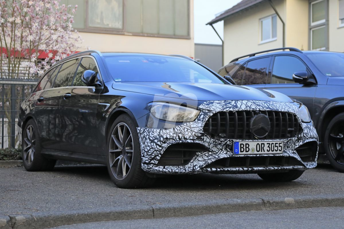 Unlike its archrival – the BMW M5 – the Mercedes-AMG E can be obtained in an estate/wagon form and not just as a sedan/saloon. Following the premiere of the refreshed E-Class Benz, its AMG version has been discovered simply sitting in a parking lot.