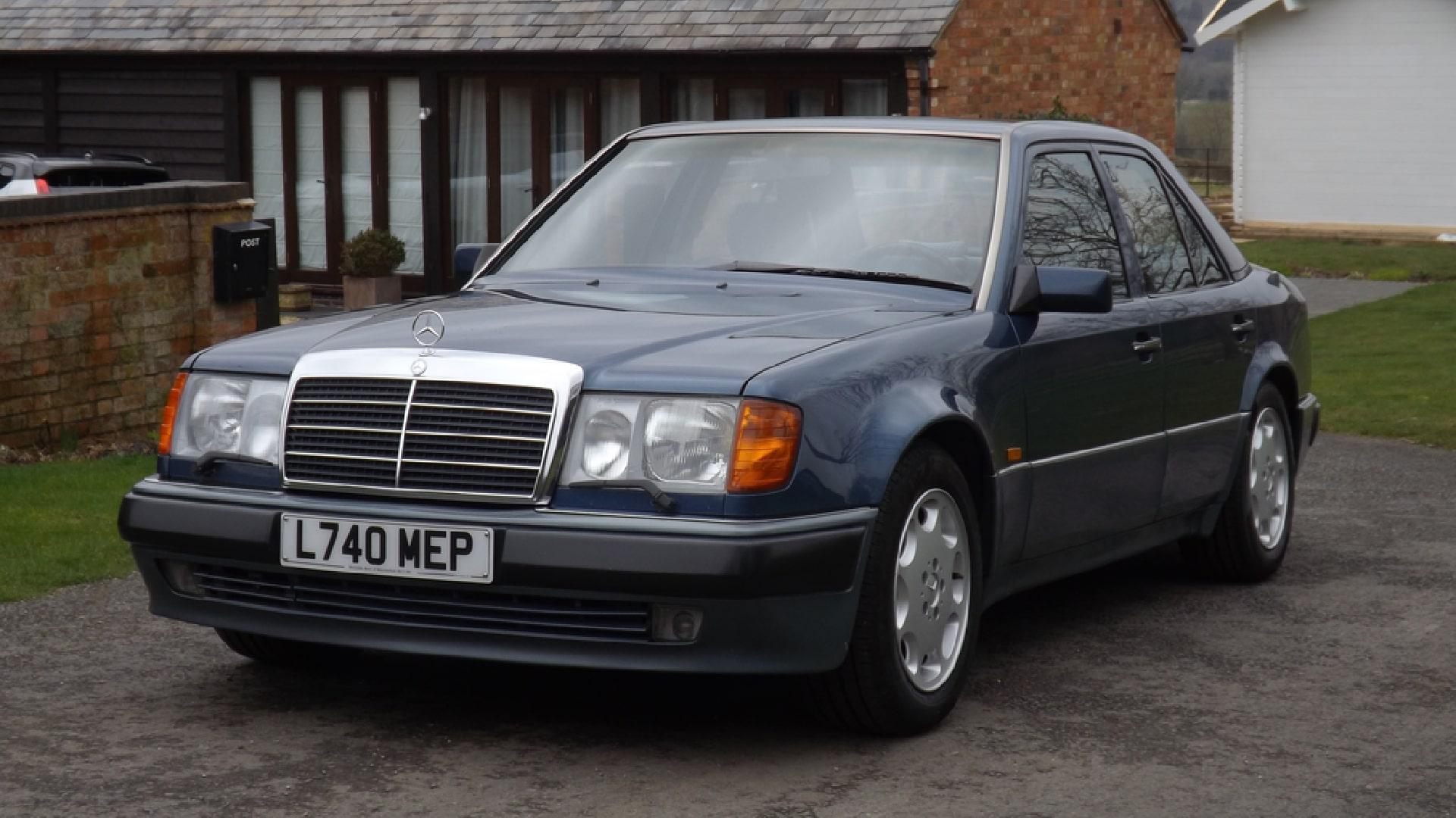 Роуэн Аткинсон, известный главным образом как исполнитель роли мистера Бина, неравнодушен к Mercedes-Benz 500 E в кузове W124: в общей сложности у актёра было четыре таких машины. Периодически он продаёт эти автомобили, а потом зачем-то выкупает обратно. Теперь на торги выставлен очередной «пятисотый».