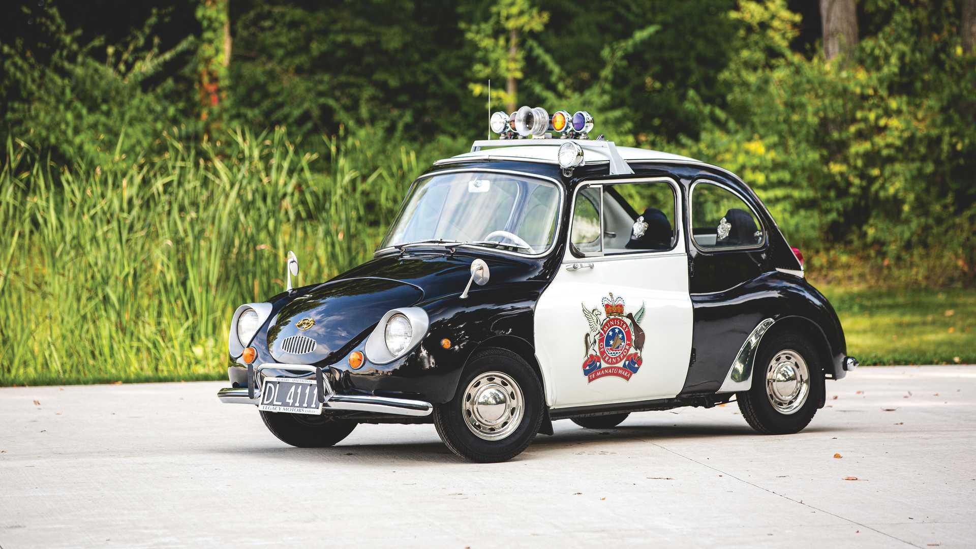 Мы привыкли к тому, что полицейские машины – это мощные и грозные «перехватчики», но так было не всегда. На аукционе продадут компактный Subaru 360, служивший в новозеландской полиции.