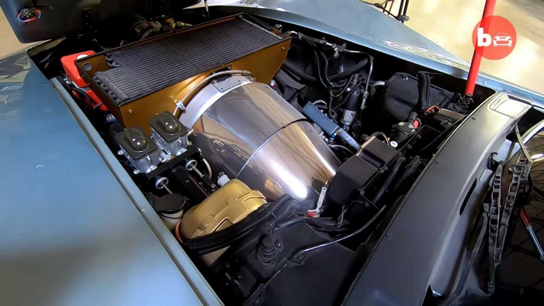 В техасском музее Rock'n'Roll Auto Museum на днях выставили любопытнейший экспонат: Chevrolet Corvette 1978 года выпуска с газотурбинным двигателем от самолета на 880 л.с. Запускайте видео, чтобы увидеть его в действии!
