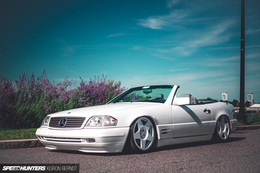 Many are those who call the Mercedes-Benz SL500 roadster from the 1990s era the single best open-top Mercedes vehicle in history. No wonder: the car packs numerous innovations in terms of both design and equipment.