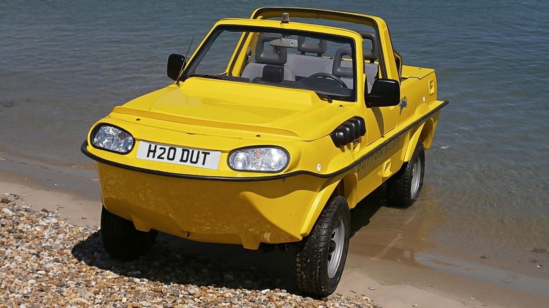 Британская фирма Dutton предлагает комплект доработок, превращающий старый Suzuki Jimny в амфибию: модернизированный внедорожник может не только преодолевать брод, но и плавать.