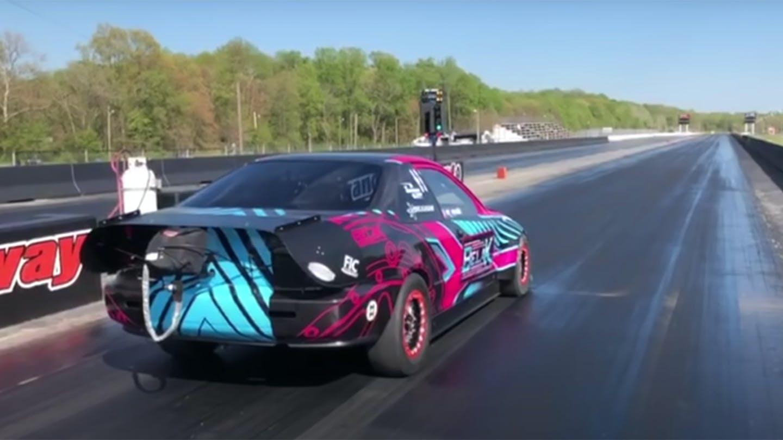 Гонщики из команды P-Racing построили безумный дрэгстер на базе Honda Civic пятого поколения: теперь мотор старенького купе выдаёт полторы тысячи «лошадей», разгоняя автомобиль до 60 миль в час (97 км/ч) за секунду с небольшим.