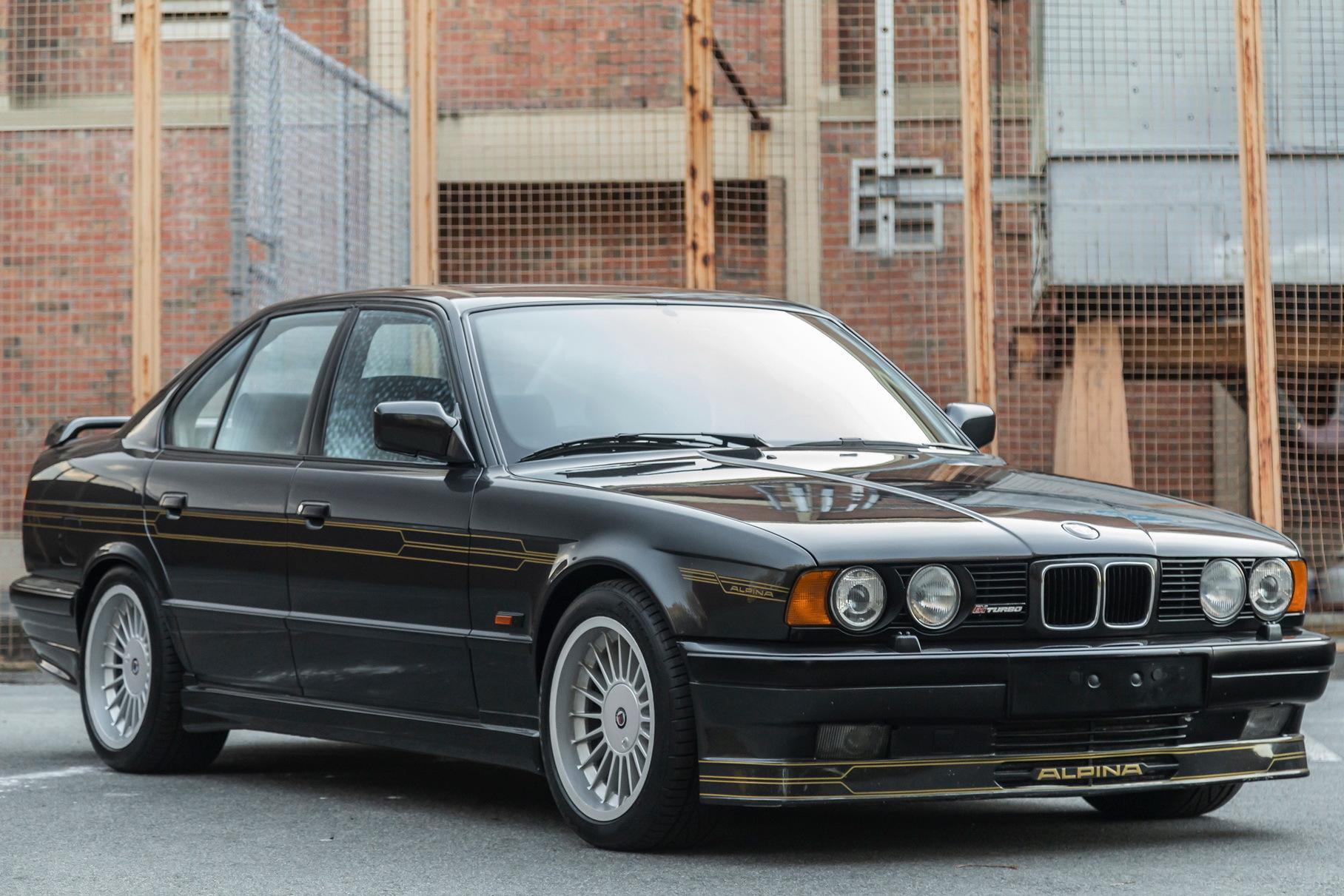 На аукционе Bring-a-Trailer будет продан редчайший седан BMW Alpina B10 Biturbo: тираж модели на базе «пятёрки» E34 составил всего 507 штук.