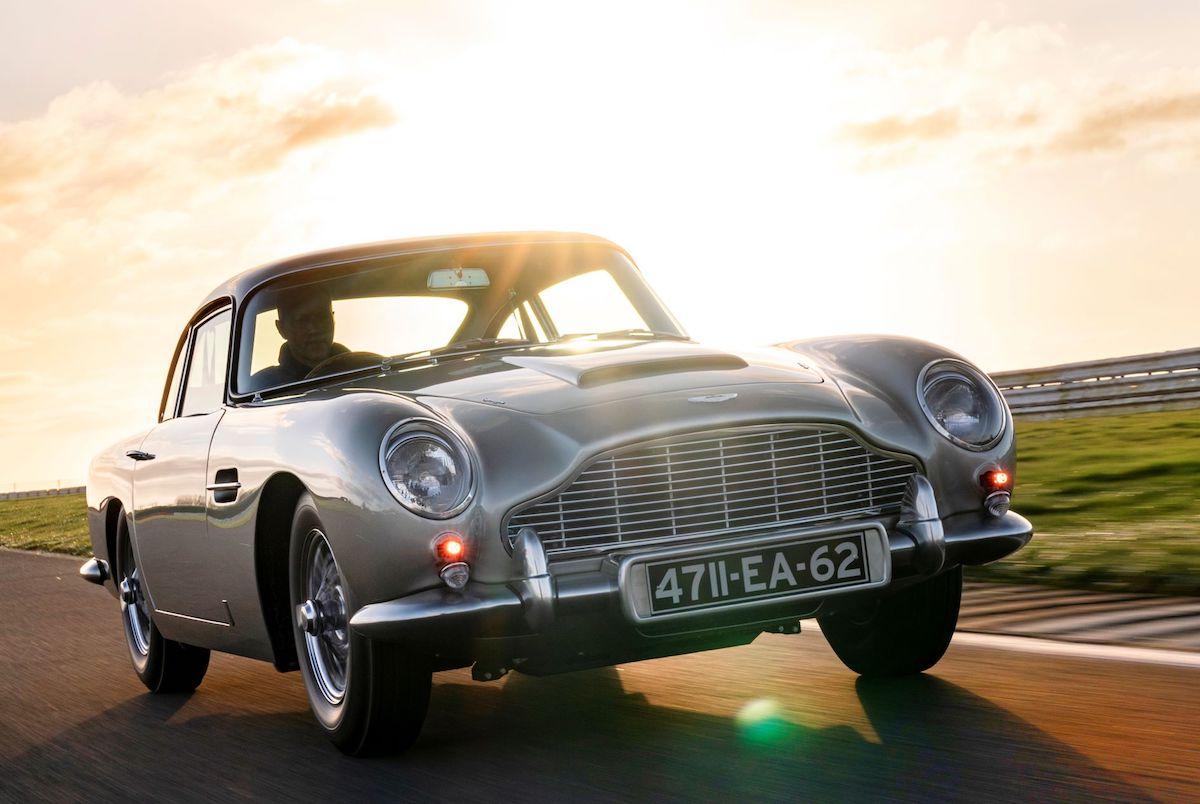 Компания Aston Martin возобновила производство купе DB5 через 55 лет после ухода модели на покой. 25 экземпляров в исполнении Job 1 DB5 Goldfinger окажутся точными копиями авто Джеймса Бонда из фильма «Голдфингер» 1964 года.