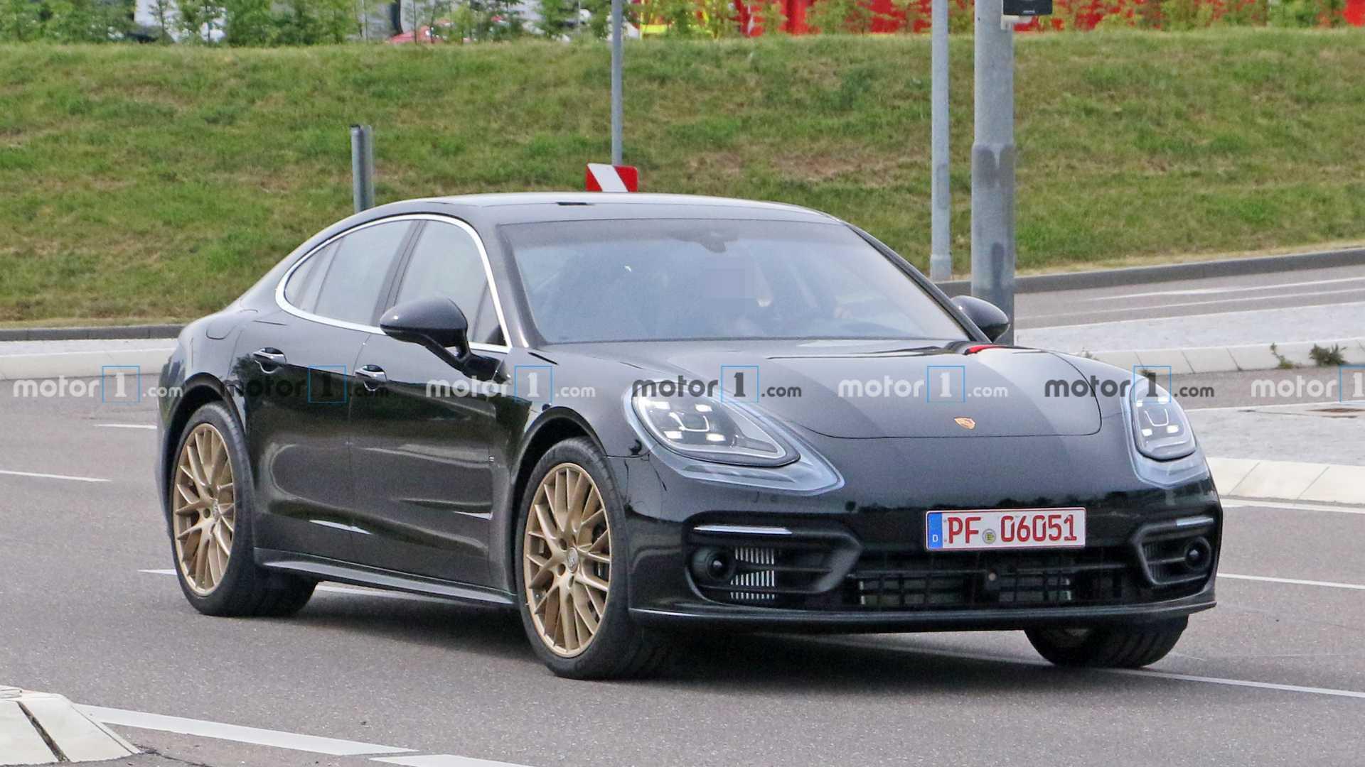 Второе поколение Porsche Panamera дебютировало почти четыре года назад, а теперь немцы испытывают рестайлинговый хетчбэк. Недавно фотошпионы засняли его почти без камуфляжа.