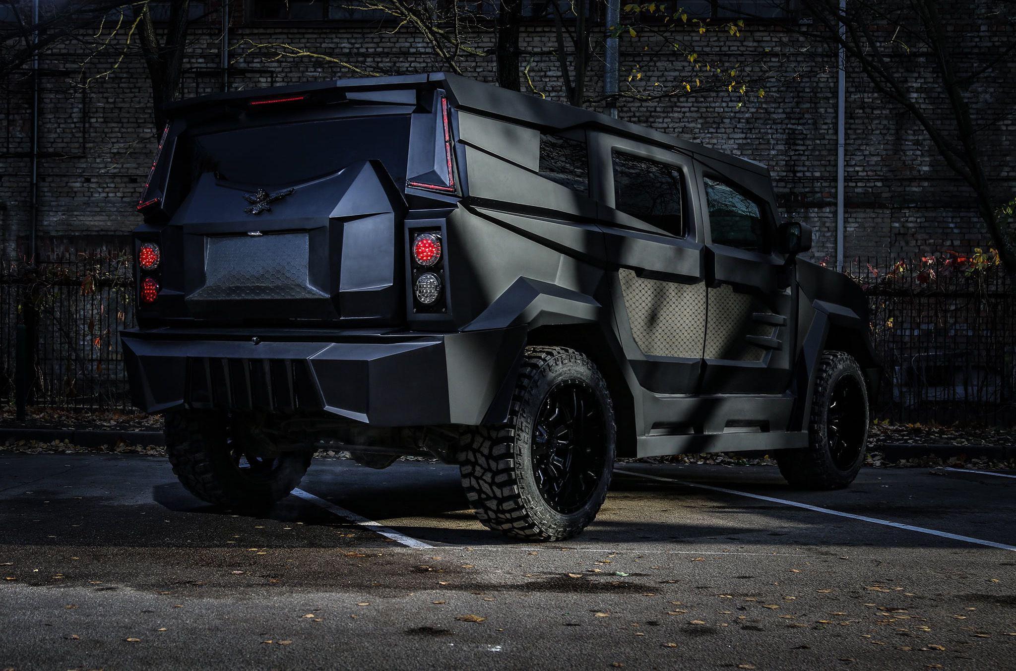 Компания Dartz Motorz, входящая в состав Dartz Grupa, выпускает бронированные вездеходы (на фото и видео), построенные в основном на агрегатах грузовичков концерна General Motors. Теперь прибалты объявили о намерении производить машины под брендом Freze.