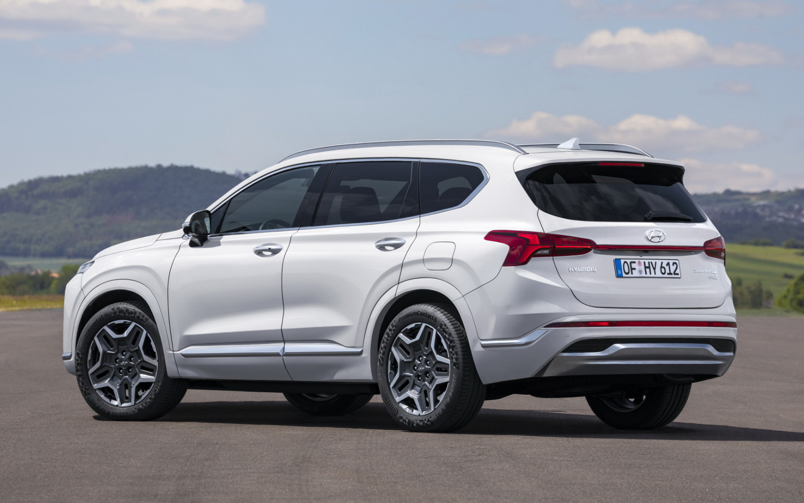 The fourth generation of the Hyundai Santa Fe had barely been around for a few years, but the manufacturer still decided it was time for a mid-life refresh. In its 2021 version, the car gets brand-new tech, looks, accessories and cabin trim.