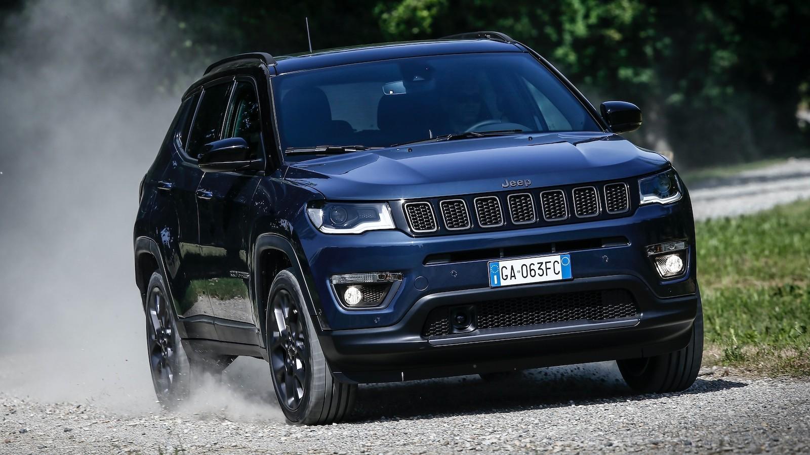 Автомобилестроитель «Джип» представил Compass 2021 модельного года для европейцев. Компакт-кросс доступен с новым движком, а в продажу он поступит уже в ближайшее время. Цены пока не объявлены.
