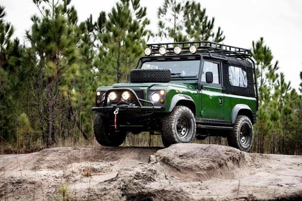 Реставрационная мастерская E.C.D. Automotive Design выпустила очередной рестомод на базе Land Rover Defender 90. Внедорожник под кодовым именем Project Family Vacation получил новый обвес, салон и двигатель.