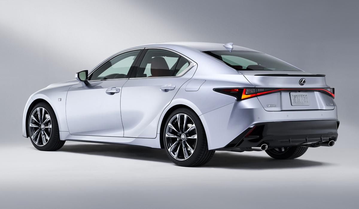 Lexus опубликовал тизер с участием седана IS, вот только интригуют японцы зря: дизайн новинки раскрыт полностью. Кроме того, сомнительными кажутся заявления о «принципиально новом» поколении: судя по снимкам, это всего лишь глубокая модернизация прошлой «четырёхдверки», вышедшей семь лет назад.