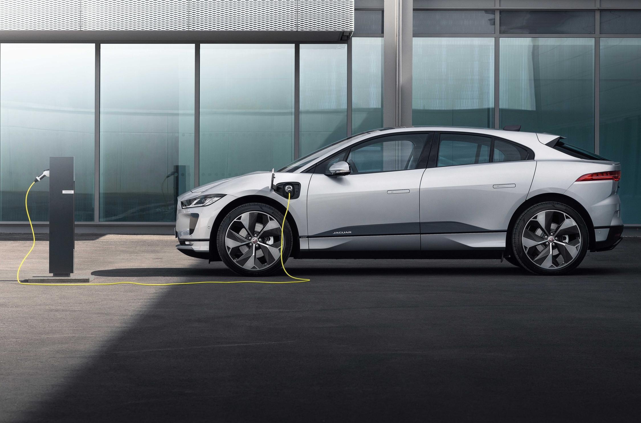 Фирма Jaguar Land Rover создаст кроссовер (или внедорожник), работающий на водороде. Проект с рабочим обозначением Project Zeus проспонсирован правительством Великобритании: оно вложило 73,5 млн. фунтов в программу по снижению уровня выбросов.
