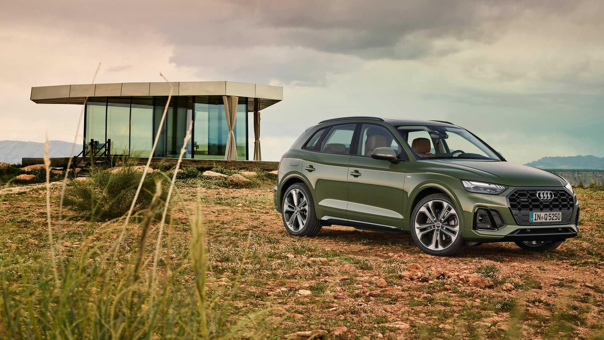 Представлен рестайлинговый Audi Q5: кроссовер получил увеличенную решётку радиатора, крупные воздухозаборники, новую графику фар и так далее.