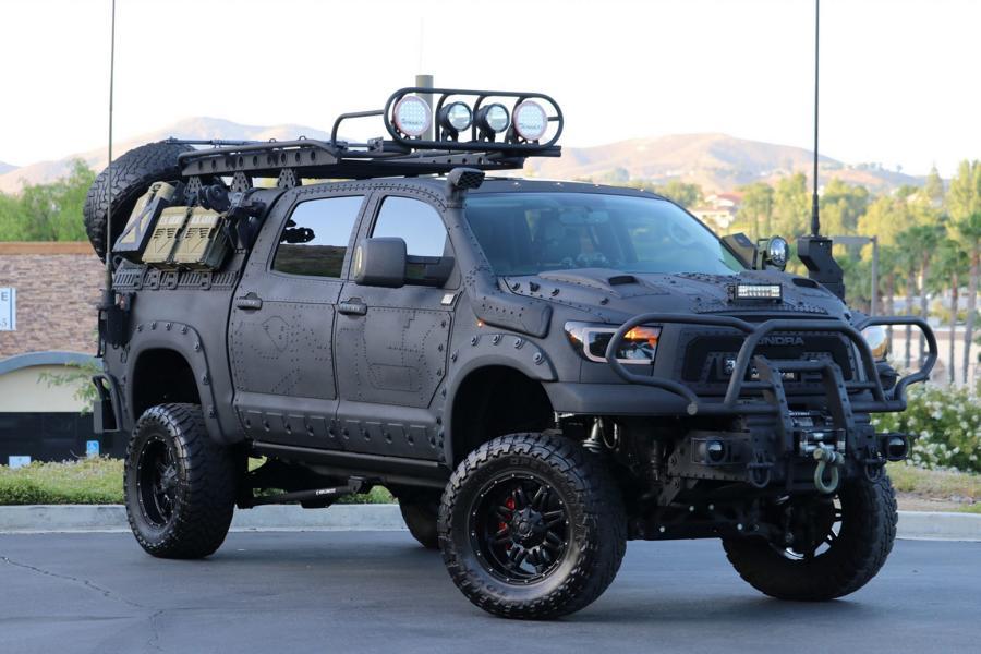На онлайн-аукционе Bring a Trailer опубликовали объявление о продаже тюнерского пикапа Toyota Tundra 2013 в комплектации CrewMax с пакетом внедорожных опций от TRD. Судя по его внешности, проектировался он явно с расчетом пережить зомби-апокалипсис.