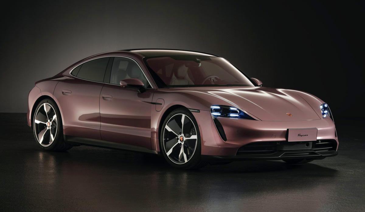 Компания Porsche упростила свой первый электрокар – седан Taycan. Если раньше модель выпускалась только с двумя двигателями и всеми ведущими колёсами, то теперь появилась начальная модификация с единственным мотором и задним приводом.