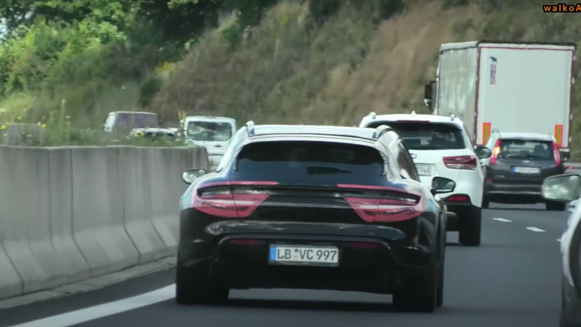 Концепт Porsche Mission E Cross Turismo был представлен ещё весной 2018-го, а осенью того же года принято решение о выпуске серийной версии. Недавно появились шпионские снимки закамуфлированного прототипа, а теперь новинка проехалась на камеру.
