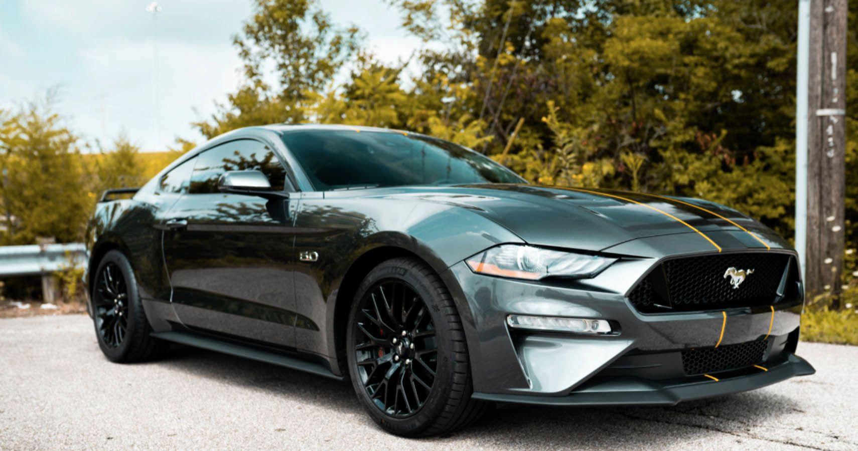 Mustang Shelby GT500 (на видео) – мощнейший Ford за всё время: 5,2-литровый V8 с приводным нагнетателем выдаёт 770 л. с. и 847 Нм, а это больше, чем у Ford GT (655 сил и 847 ньютон-метров).