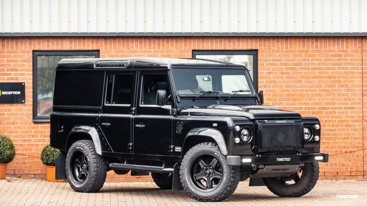 Land Rover Defender первого поколения, снятый с производства несколько лет назад, стал по-настоящему культовой моделью. Свои версии внедорожника уже показали многие тюнинг-ателье, а теперь новый проект представила компания Twisted Automotive.