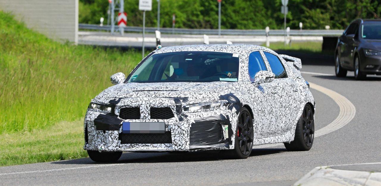 Компания Honda тестирует новый «горячий хэтчбек» Civic Type R (на фото), а его поклонники продолжают строить гипотезы о судьбе модели. Поскольку официальной информации от производителя пока не поступало, предположения порой противоречат друг другу.