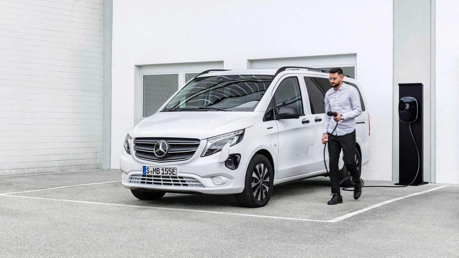 Два месяца назад на рынок вышел роскошный электрокар Mercedes-Benz EQV на базе V-класса, а теперь он поделился техникой с более скромными фургоном и микроавтобусом Vito.