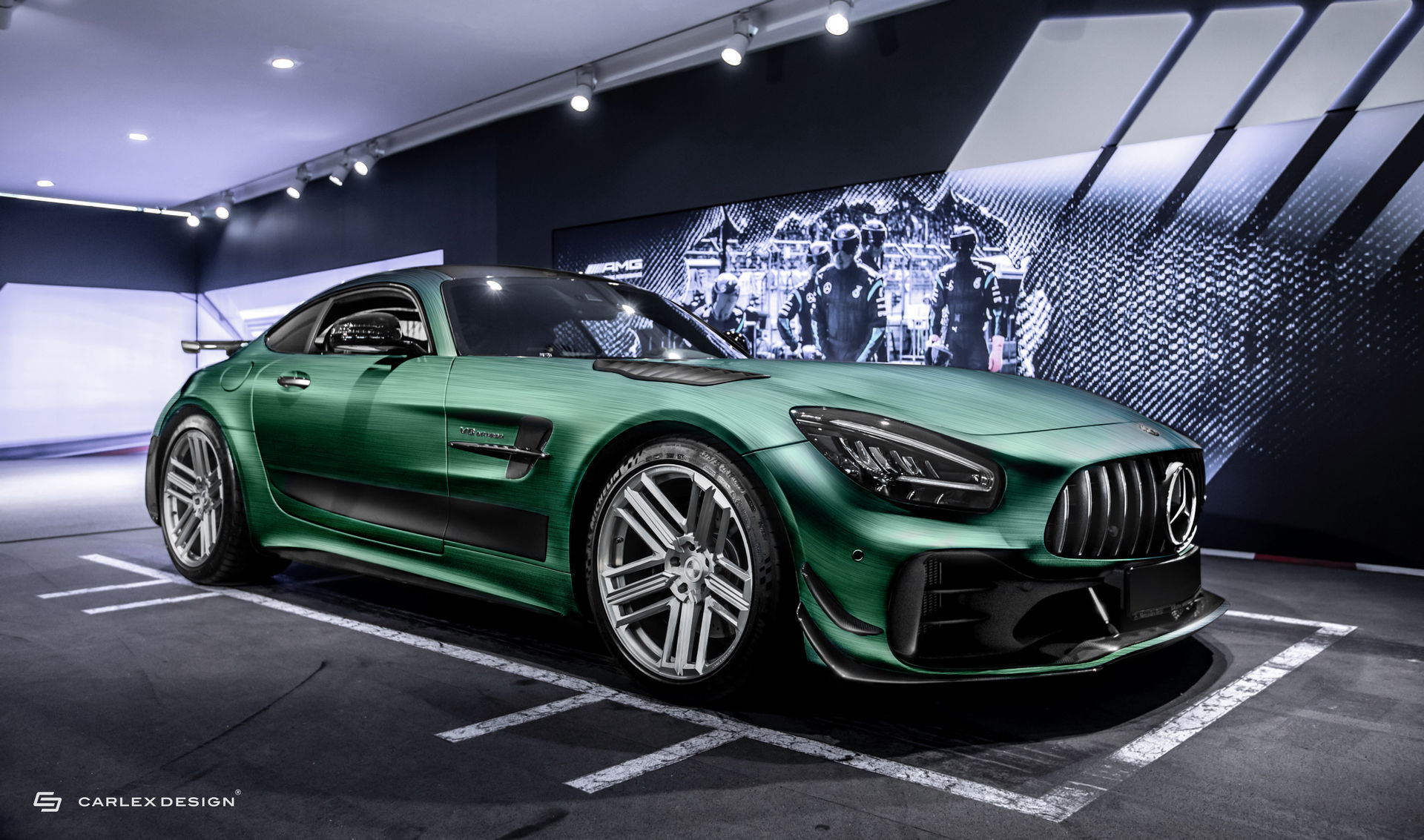 Польские тюнеры из Carlex Design взялись за гоночный Mercedes-AMG GT R PRO: проект под названием Tattoo Edition получил особый салон.
