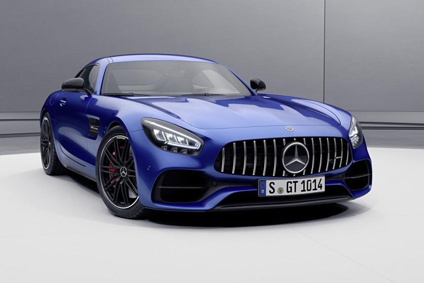 Производитель немного обновил купе и родстеры Mercedes-AMG GT, а заодно пересмотрел модификации: базовая версия стала мощнее, улучшила комплектацию и заменила собой прежнюю GT S.