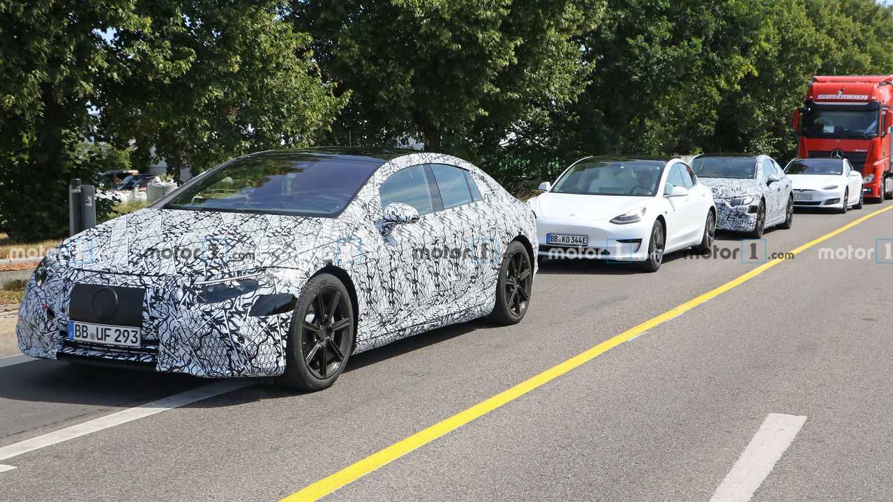 Электрический флагман марки Mercedes-Benz – лифтбек EQS – впервые был анонсирован ещё пару лет назад, а концепт-кар Vision EQS представили в прошлом году. Теперь новинка близка к серии, а на очередном этапе тестов её сопровождают электрокары Tesla.