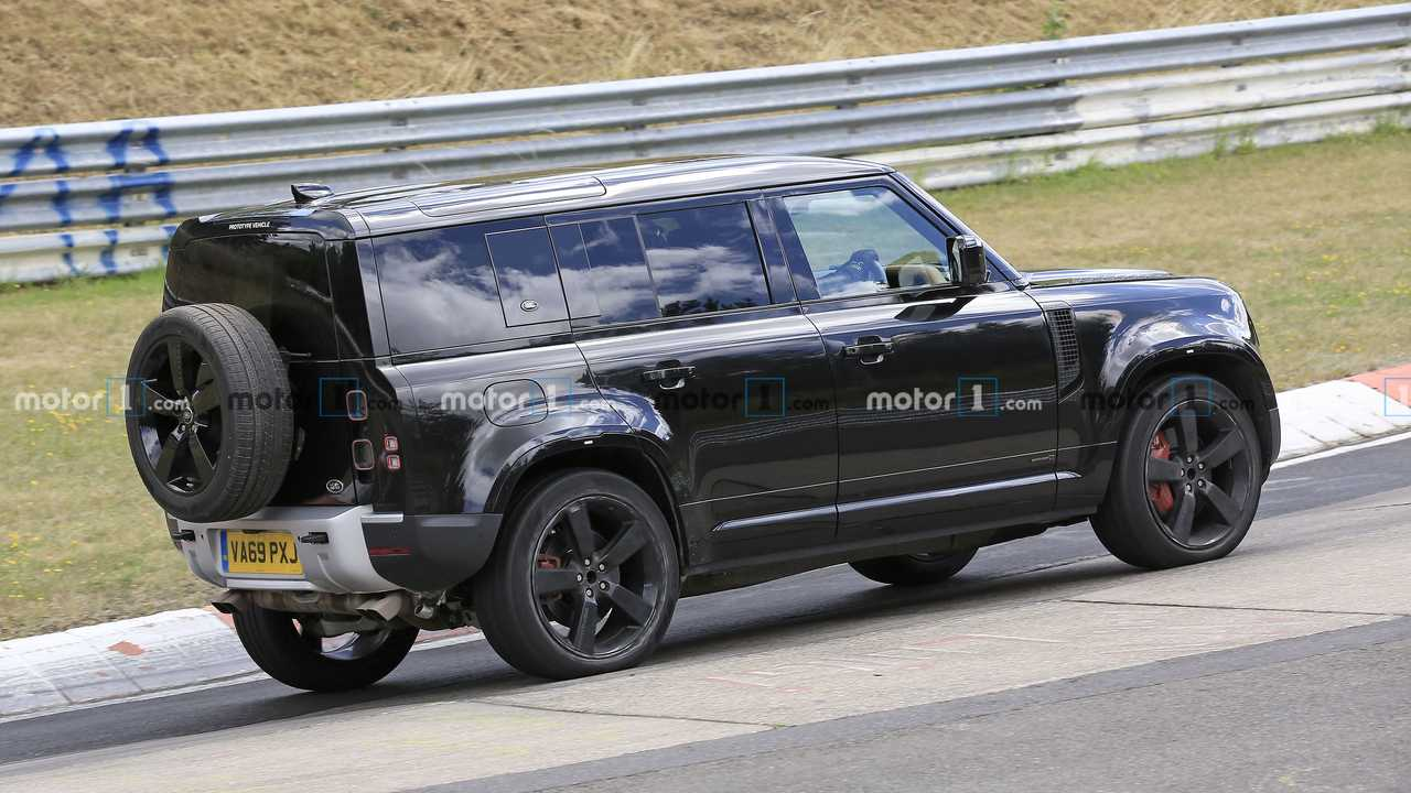 The high-end, V8-packing Land Rover Defender had already been spotted by camera people earlier this year (watch the video if you missed it), and the latest sighting occurred earlier today.