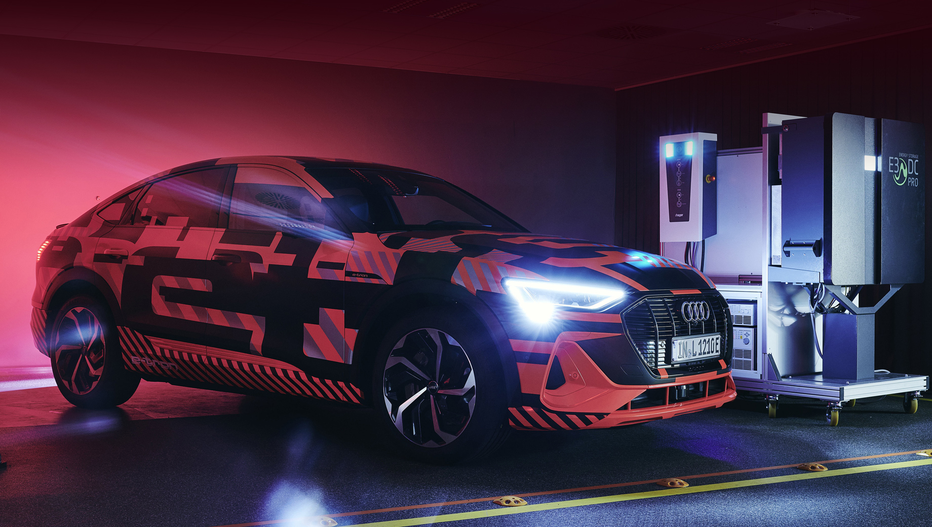 Идея двунаправленной зарядки придумана давно: первые опыты использования тяговой батареи авто в качестве буфера ставили еще в «Ниссан» почти 10 лет назад. Однако в последние годы технология все более и более усложнялась, и на днях инновационный пример в этой области продемонстрировали в «Ауди» и Hager Group.