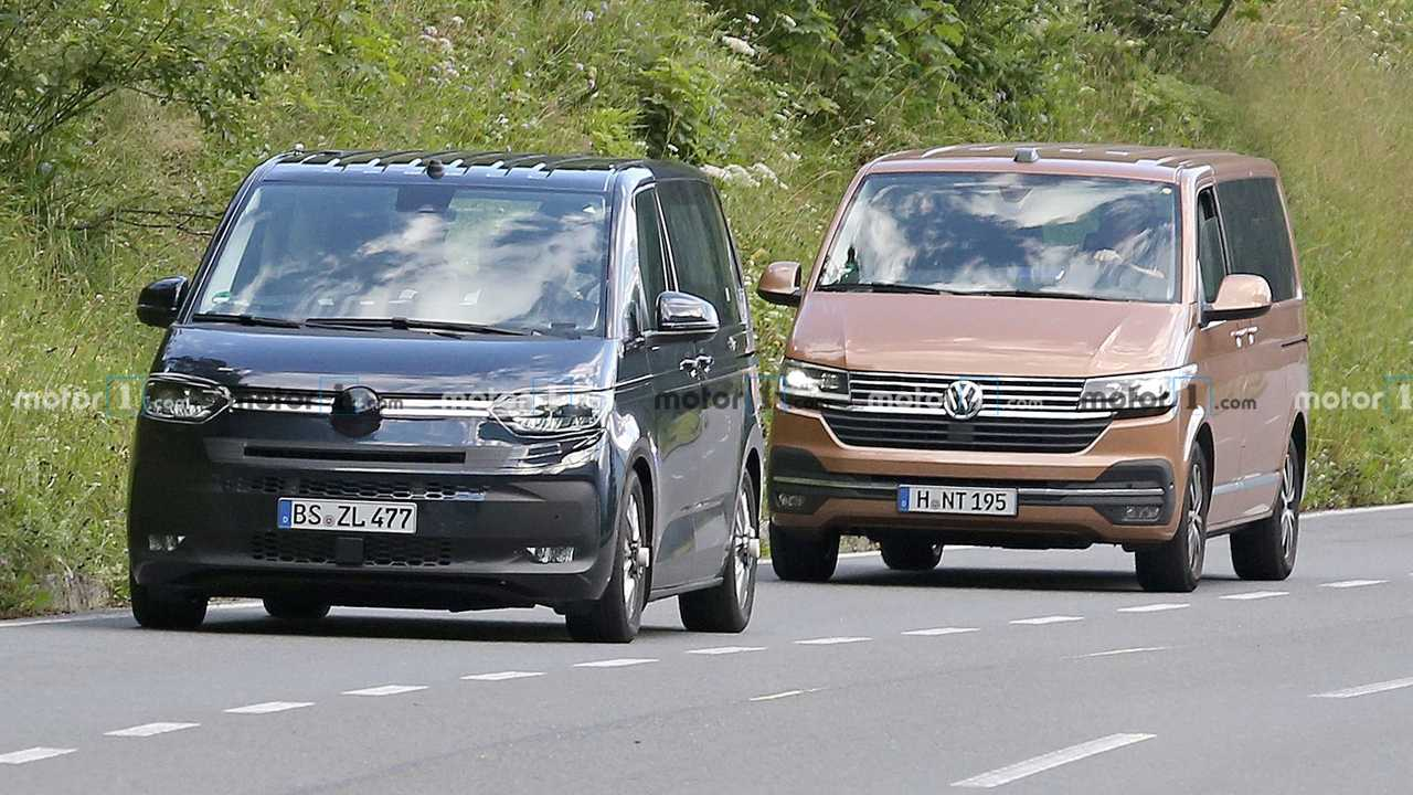Фотошпионам уже не раз попадались прототипы Volkswagen T7 (на видео). Теперь новинка сбросила часть камуфляжа, а компанию ей составляет нынешний T6. Вероятно, на испытания вывели восьмиместную модификацию, но со снятыми ради увеличения объёма багажника задними сидениями.