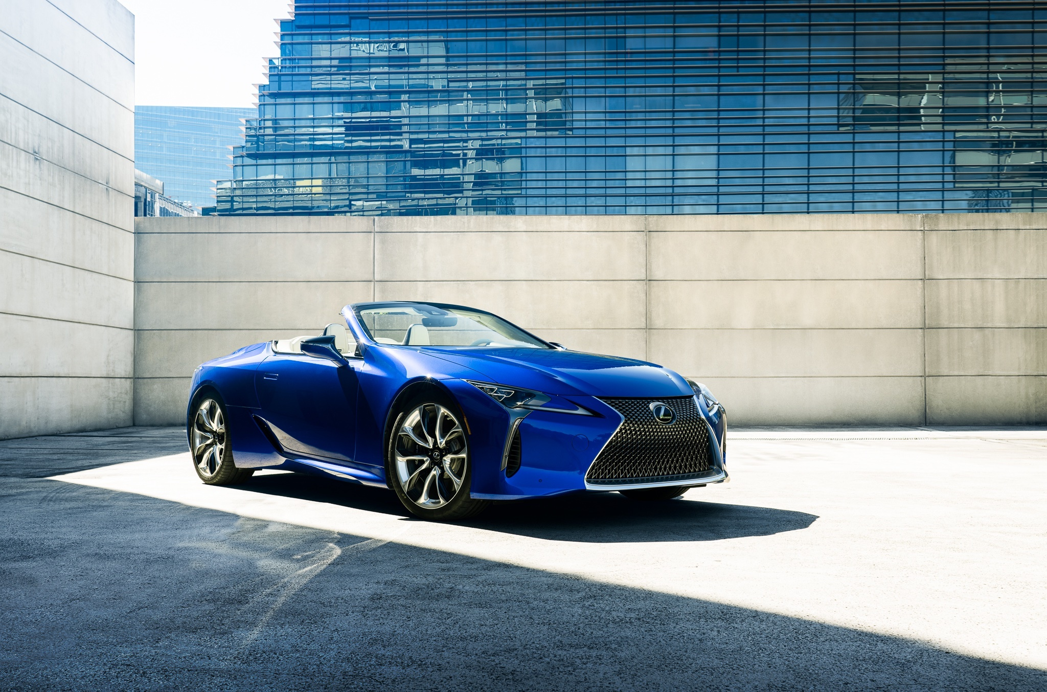 Lexus has announced a special version of the LC Convertible called Regatta Edition. As the name implies, the car draws inspiration from marine sailing.